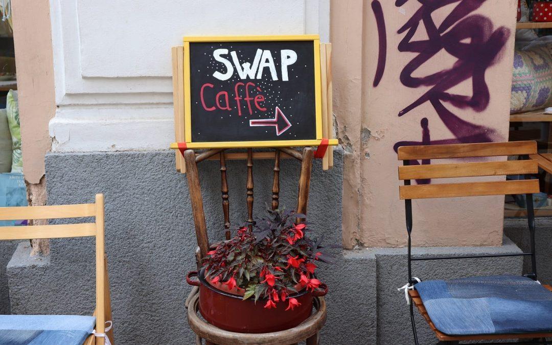 Prvi SWAP Caffè z izmenjevalnico oblačil uspešen